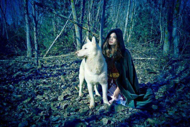 Resultado de imagen de chica en el bosque