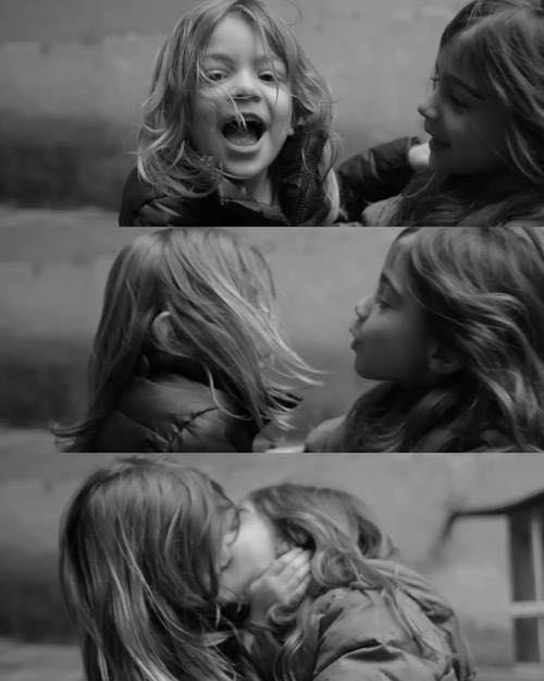 Dos hermosas y calientes lesbianas en el camino -
