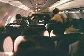 Notre avion c 39 est ecras coinc sur une le avec lui - Ragazze nel letto ...