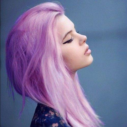 телка розовыми волосами